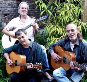 Foto von drei Männern mit Gitarren