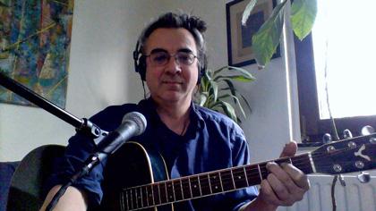 Bild von Peter Bachmann aus der Perspektive der Laptopkamera, ganz wie im Gitarrenunterricht online