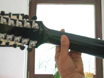 Gitarrenhals mit linker Greifhand, diesmal von hinten fotografiert