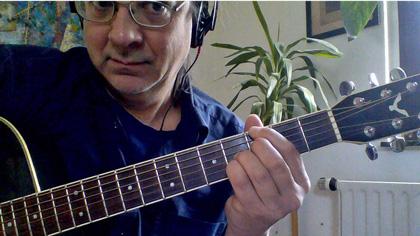 Online Gitarre lernen geht gut mit Nahaufnahmen von Fingern auf dem Griffbrett so wie auf diesem Foto